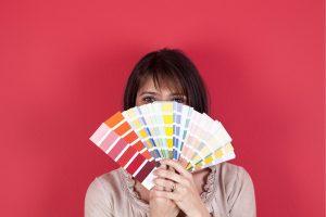 Dziewczyna z gamą kolorystyczną do malowania ścian